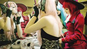Cosplay-meikkausta peilin edessä.
