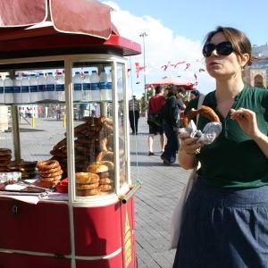 Ayla simit-rinkelikärryn luona Istiklal-aukiolla Istanbulissa.
