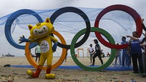OS-maskoten Vinicius välkomnar även Ryssland till Rio.