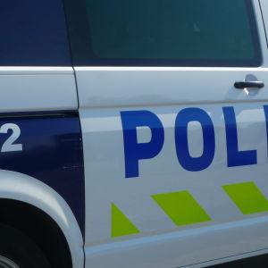 Polisens nya bilar har limegrön reflekterande tejp.