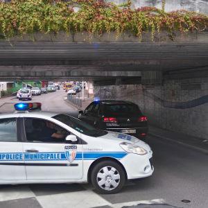 En polisbil blockerar vägen till en kyrka i franska Saint-Etienne-du-Rouvray där två gärningsman tog gisslan.