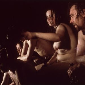 Perhe saunomassa elokuvassa Maa on syntinen laulu, 1973.