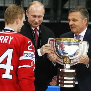 I ishockey-VM 2016 som avgjordes i Moskva delade Rysslands president Vladmir Putin och IIHF:s ordförande Rene Fasel ut vinnarpokalen åt Kanadas lagkapten Corey Perry.