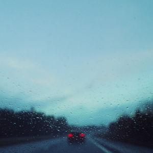 Auto tiellä sateessa