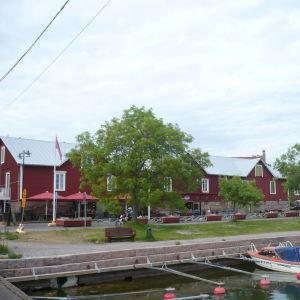 Röda magasinbyggnader i Hangö. I förgrunden syns en småbåtshamn.