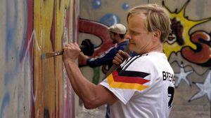 Gunnar (Uwe Steimle) hajottamassa Berliinin muuria sarjassa Kotiseutu