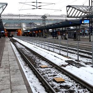 Exteriör av sunkig tågstation