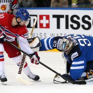 Roman Cervenka mot Pekka Rinne vid VM 2014.
