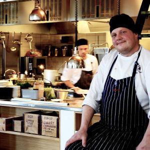 Michael Björklund i köket på Smakbyn