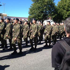 Nylands brigads förbimarsch på Skolgatan i Pargas