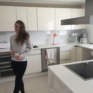 Alexandra Ståhlberg står i köket i föräldrahemmet på Brändö.