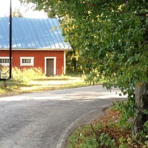 Landsväg och ett rött hus.