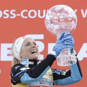 Therese Johaug lyfter kristallkulan, mars 2016.