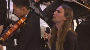 Paperi T eli Henri Pulkkinen Radion sinfoniaorkesterin konsertissa Musiikkitalossa 19.8.2016.