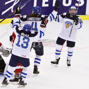 Michelle Karvinen, Rosa Lindstedt och Riikka Välilä firar mål