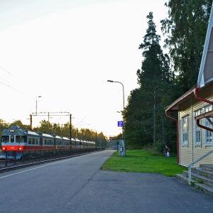 U-tåget passerar Grankulla station.