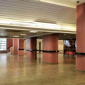 Interiör på en sunkig tågstation