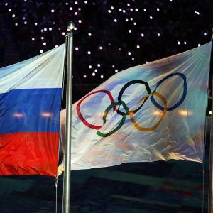 Rysslands flagga och den olympiska flaggan
