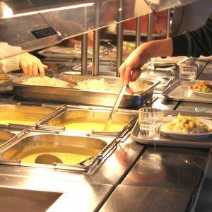 Ströhö elever tar mat