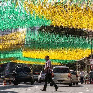 Katunäkymä Riosta, koristeltu Brasilian värein.