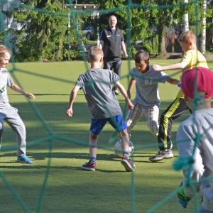 Eleverna i Vårberga skola tränar forboll