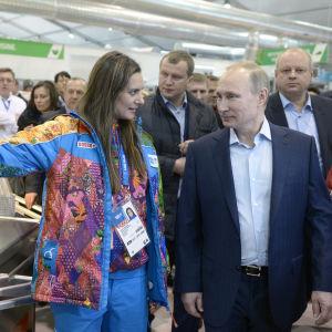 Jelena Isinbajeva presenterar OS-byn i Sotji för Rysslands president Vladimir Putin.