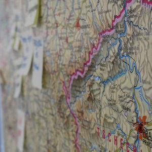 Kartta luokan seinällä.