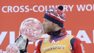 Martin Johnsrud Sundby kysser en pokal.