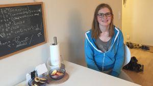 Marina Koroleff, 18, i sin lägenhet i Grankulla. Hon har aldrig druckit alkohol.