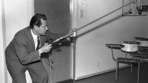 Martti Silvennoinen testaa juorumikrofonia (1960).