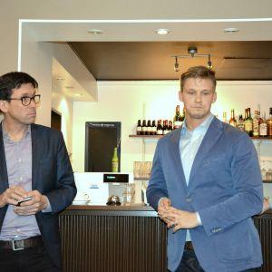 Otto Lehtipuu från VR och Joel Karjalainen från Kommunikationsministeriet