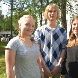 Carolina Malmström, Niklas Fyrqvist och Ida Tuominen i Virkby gymnasium.