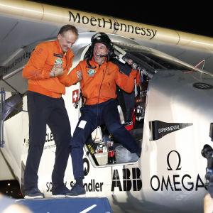 Bertrand Piccard (t.h.) och Andre Borschberg firar i Abu Dhabi efter att Solar Energy fullbordat resan jorden runt.