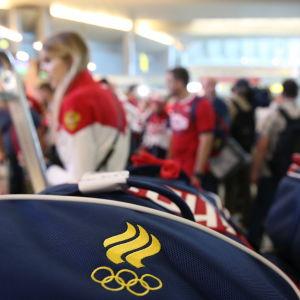 Ryska idrottare åker iväg till OS i Rio 2016.