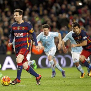 Lionel Messi passar bollen i stället för att skjuta straffen.