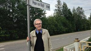 Peter von Bagh nimeään kantavan katukyltin alla Sodankylässä