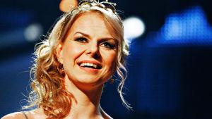 Tangon kruunaamattoman kuninkaan tunnetuimmat laulut huippusolistien esittäminä. Tangokuningatar 2015 Susanna Heikki.