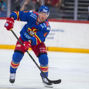 Ossi Väänänen avslutar sin hockeykarriär.