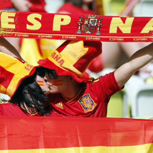 Espanjalaiset jalkapallofanit suutelevat katsomossa.