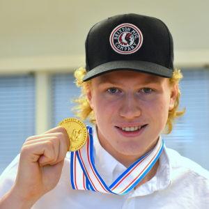 Robin Salo med guldmedaljen från U18 världmästerskapet 2016.
