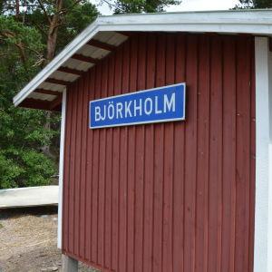 Björkholm-skylt i Björkholms hamn