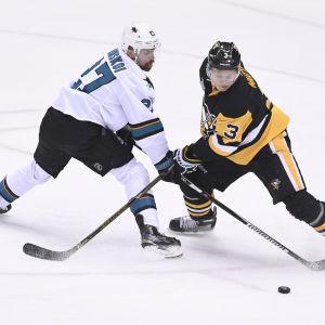 Ishockeyspelare fintar motståndare.