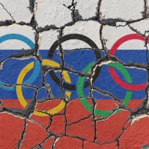 Kollage med de olympiska ringarna och Rysslands flagga.