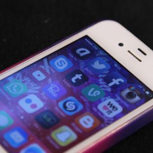 Iphone telefon mot svart bakgrund