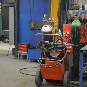 Svetsmaskin i lastbilsfabriken i Karis.