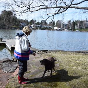 Iris Hagert och hunden Aida bor på Vårdö i Helsingfors.