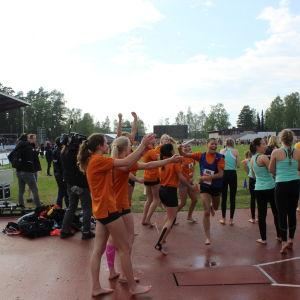 Winellska skolan springer i mål som segrare i högstadieflickornas masstafett.