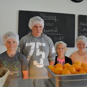 Elever är kockar i Amosparkens skola.