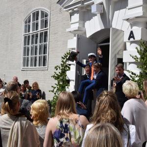 I Brändö gymnasium är det tradition att bära ut de nya studenterna i gullstol.