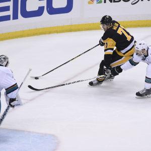 Evgeni Malkiin tar sig förbi en Sharks-spelare i finalserien i NHL.